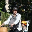 Hayden Christensen profite d'une belle journée ensoleillée en compagnie de sa fille Briar Rose à Studio City. Le père et la fille ont déjeunés ensemble puis ils ont fait une balade à vélo, le 6 novembre 2017.