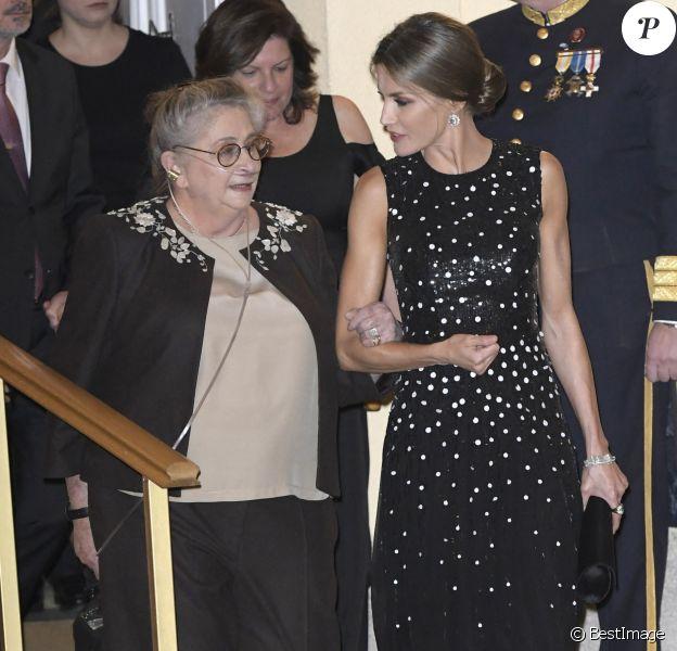 Le roi Felipe VI et la reine Letizia d'Espagne (habillée d'une robe Carolina Herrera), qui donnait aimbalement le bras à la première dame israélienne (atteinte d'une fibrose pulmonaire) ont pris part le 7 novembre 2017 à un dîner offert par le président de l'Etat d'Israël Reuven Rivlin et sa femme Nechama au palais du Pardo, à Madrid, en conclusion de leur visite officielle de deux jours en Espagne.