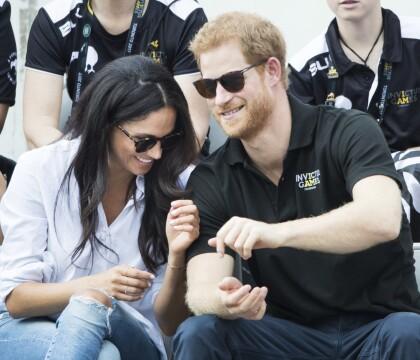 Prince Harry : Il s'amuse à cacher Meghan Markle... qui joue les mariées