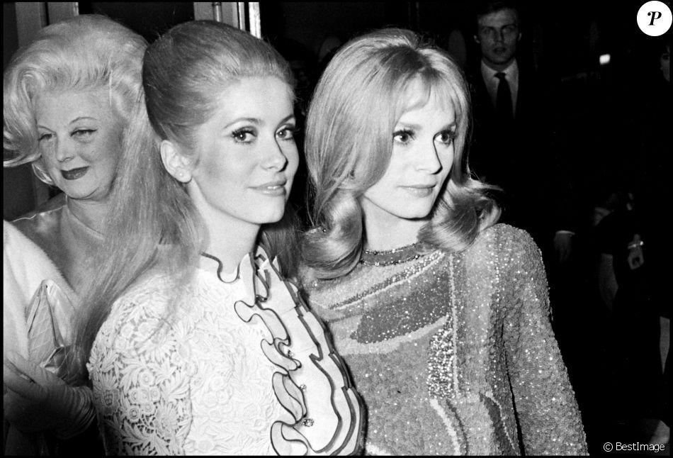 Catherine Deneuve et Françoise Dorléac lors de l'avant-première du film Les Demoiselles de Rochefort en 1967 à Paris