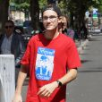 René-Charles Angélil (fils de Céline Dion) pose avec des fans devant l'hôtel Royal Monceau à Paris le 21 juillet 2017.