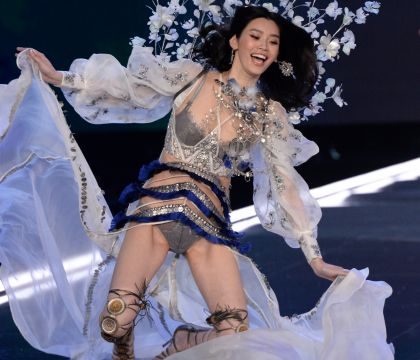 Défilé Victoria's Secret 2017 : Un top model chute en plein show !