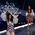 Ming Xi et Gizele Oliveira - Défilé Victoria's Secret 2017 à la Mercedes-Benz Arena Shanghaï. Shanghaï, le 20 novembre 2017.