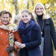 La princesse Mette-Marit et la reine Sonja de Norvège avec la princesse Ingrid Alexandra dans le parc du palais royal à Oslo le 19 octobre 2017 pour l'inauguration de deux sculptures.
