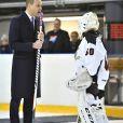 Le prince William, duc de Cambridge, lors de sa visite officielle en Finlande le 29 novembre 2017, rencontrant l'association Icehearts à l'occasion d'un match de hockey sur glace caritatif dans une patinoire d'Helsinki.