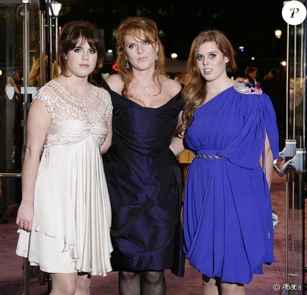 La princesse Eugenie, Sarah Ferguson et princesse Beatrice à la première de The Young Victoria