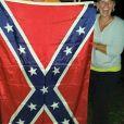 Kimberly Jones, la mère de Keaton Jones, posant avec le drapeau des confédérés sur Facebook.