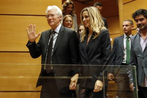 Richard Gere, 68 ans, s'est-il fiancé à sa jeune compagne de 34 ans ?
