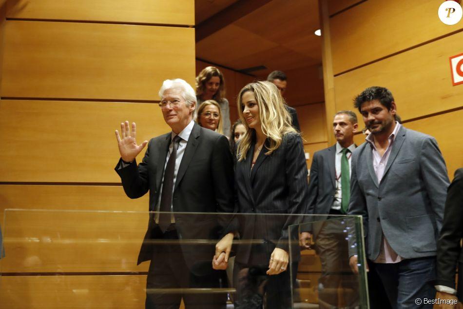 Alejandra Silva et Richard Gere intervenant au sénat pour soutenir un projet d'aide pour soutenir les sans-abri avec la fondation Rais à Madrid le 13 décembre 2017.