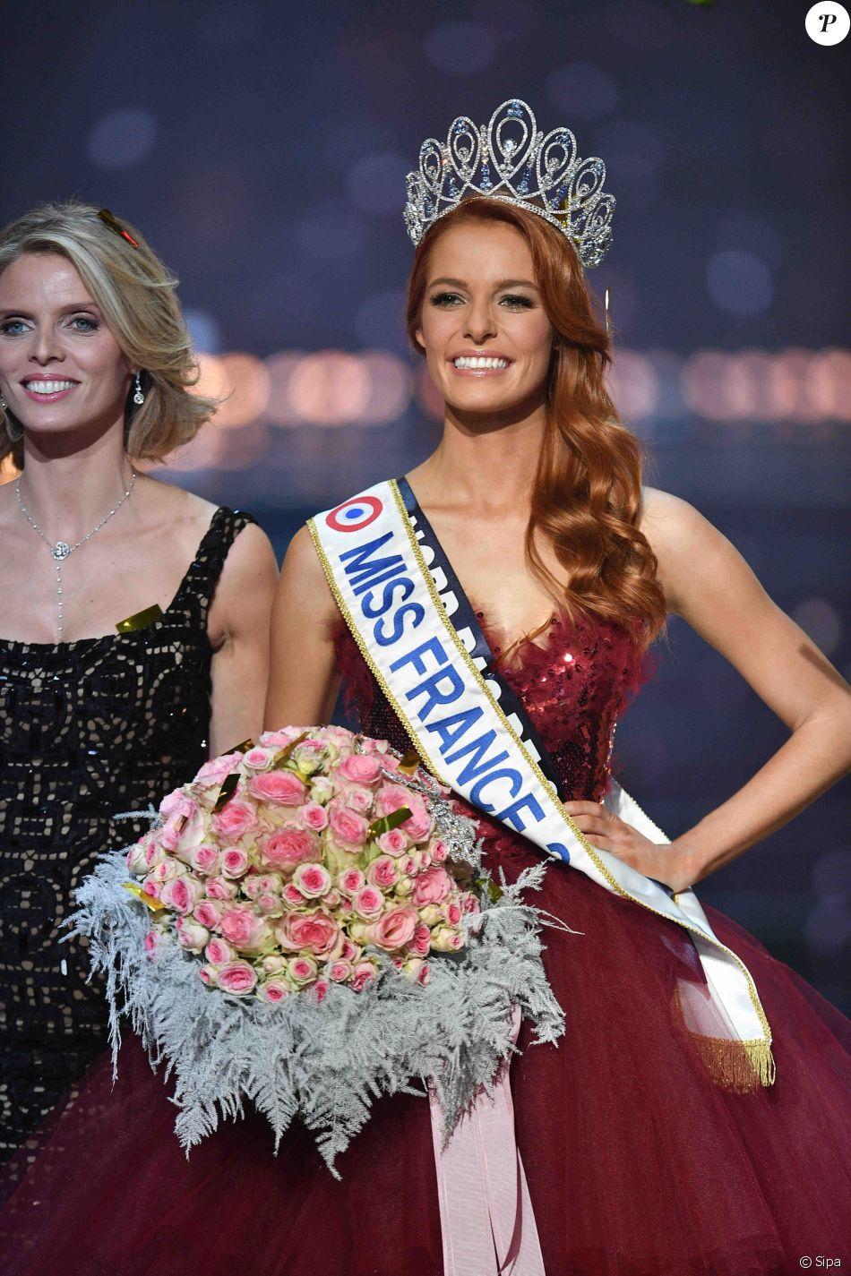 Maëva Coucke élue Miss France 2018, le 16 décembre 2017 à Châteauroux. Ici avec Sylvie Tellier.