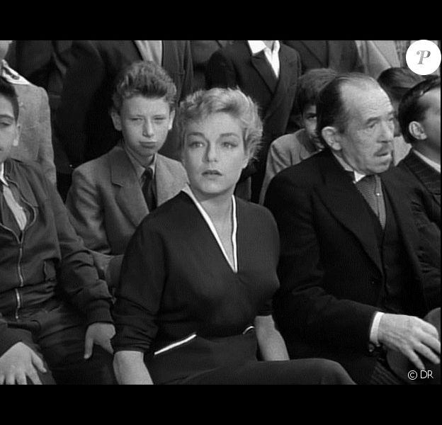 """Johnny Hallyday derrière Simone Signoret dans """"Les Diaboliques"""" d'Henri-Georges Clouzot en 1955."""