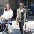 Exclusif - Selena Gomez, sa mère Mandy Teefey et sa petite soeur Gracie vont faire du shopping au centre commercial Topanga à Canoga Park, le 10 août 2013.