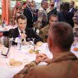 Emmanuel Macron, président de la République Française, dîne avec les soldats français de l'opération Barkhane sur la base militaire de Niamey. Le chef de l'Etat fête Noël avec quelques jours d'avance. Lors de ce grand dîner avec les soldats, organisé par Guillaume Gomez, chef des cuisines de l'Elysée, qui a fait le déplacement pour préparer le menu, les soldats ont offert un gâteau et un t-shirt au président pour son 40ème anniversaire. Niamey, le 22 décembre 2017. © Stéphane Lemouton/Bestimage