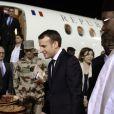 Emmanuel Macron, président de la République Française, est accueilli par le président du Niger, Mahamadou Issoufou lors de son arrivée à l'aéroport de Niamey. Emmanuel Macron rend visite aux soldats français de l'opération Barkhane sur la base militaire de Niamey. Le chef de l'Etat va fêter Noël avec quelques jours d'avance. Un grand dîner avec les soldats est organisé par Guillaume Gomez, chef des cuisines de l'Elysée, qui a fait le déplacement pour préparer le menu. Niamey, le 22 décembre 2017. © Stéphane Lemouton/Bestimage