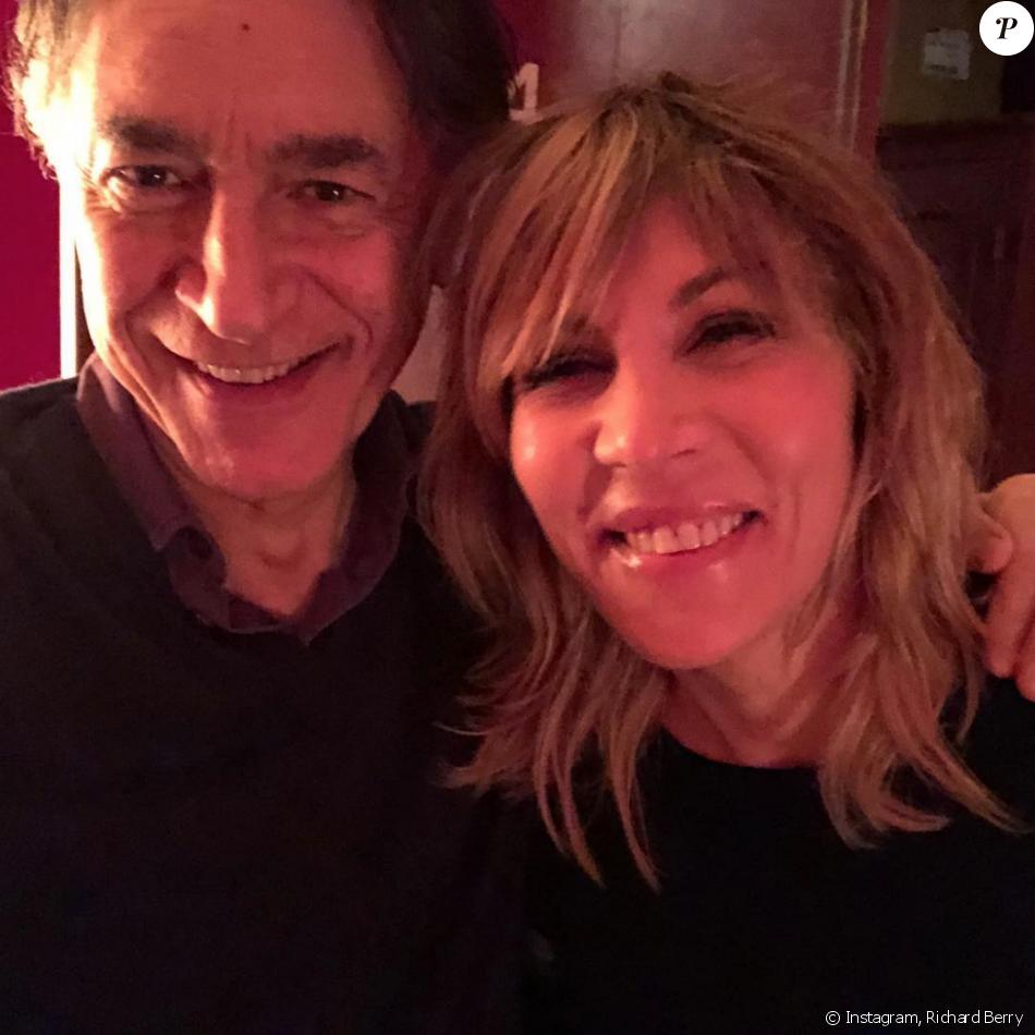 Richard Berry pose avec sa partenaire de théâtre Mathilde Seigner, le 31 décembre 2017.