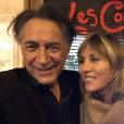 Richard Berry pose avec sa partenaire de théâtre Mathilde Seigner au restaurant Les Comédiens dans le 9e arrondissement de Paris, le 30 octobre 2017. C'est le restaurant où la comédienne a passé la nuit avant son arrestation.