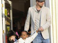 Pendant qu'Angelina bosse, ses deux princesses Zahara et Shiloh entraînent papa Brad ... dans les magasins de jouets !