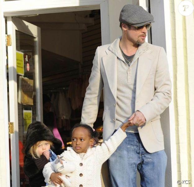 Brad Pitt emmène Shiloh et Zahara faire les magasins de jouets de Washington pendant qu'Angelina Jolie travaille, sur le tournage de son prochain film.