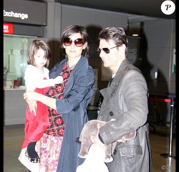 Tom Cruise, Katie Holmes et Suri arrivent à l'aéroport Narita, à Chiba, au Japon, le 8 mars 2009.