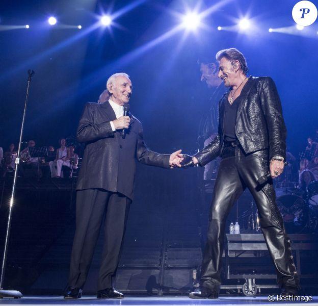 """Exclusif - Charles Aznavour - Johnny Hallyday en concert à Paris - Jour 2 de la tournée """"Born Rocker Tour"""". Le 15 juin 2013"""