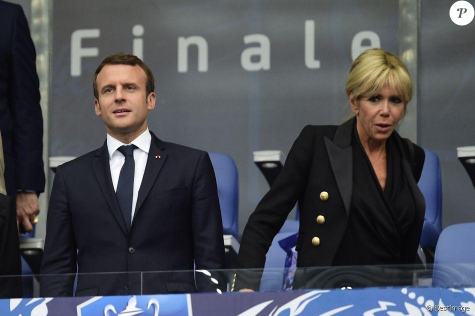 Le président Emmanuel Macron et sa femme Brigitte Macron (Trogneux) (veste Balmain, top Carolina Ritzler, jeans Maje, chaussures Louboutin) - Finale de la coupe de France de football entre le PSG et Angers  au Stade de France, le 27 mai 2017.