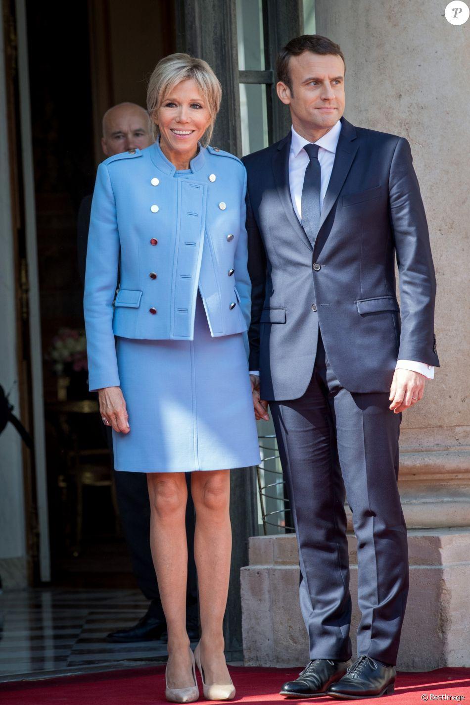 """Emmanuel Macron (costume """"Jonas & Cie"""" (rue d'Aboukir à Paris) à 450 Euros) et sa femme Brigitte Macron (Trogneux) (robe bleue lavande, qui lui est prêtée par Louis Vuitton, conçue par N. Ghesquière) - Passation de pouvoir entre Emmanuel Macron et François Hollande au Palais de l'Elysée à Paris le 14 mai 2017. © Cyril Moreau / Bestimage"""
