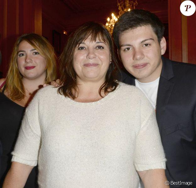 """Sebastien Pons, Charlotte Gaccio, Michèle Bernier et Enzo Gaccio - 150e représentation de la pièce """"Je préfère qu'on reste amis"""" au théâtre Antoine, à Paris, le 5 novembre 2014."""