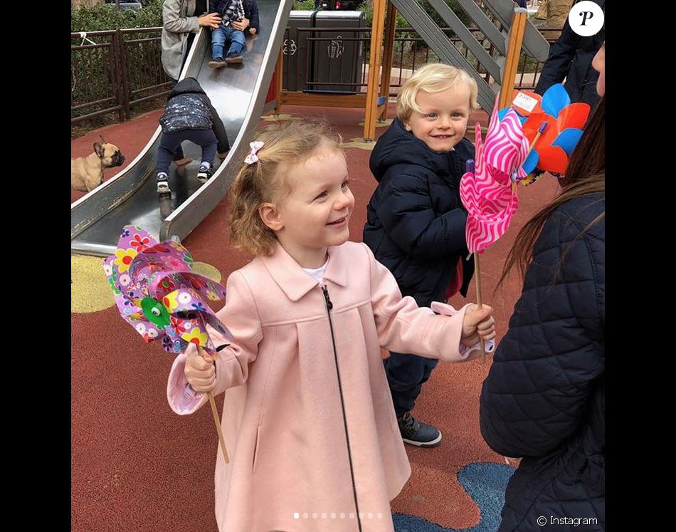 """Gabriella et Jacques de Monaco dans une aire de jeux pour enfants. La princesse Charlene de Monaco a publié le 21 janvier 2018 sur son compte Instagram des photos de ses enfants le prince Jacques et la princesse Gabriella prises lors d'une """"matinée fun"""" où ils ont joué au square et visité l'exposition Bugatti aux Terrasses de Fontvieille."""