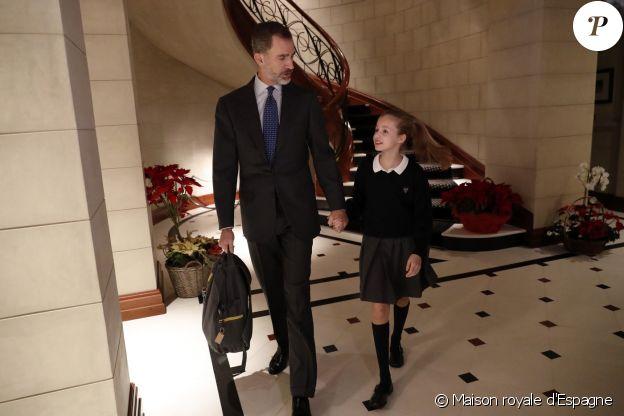 Pour le 50e anniversaire du roi Felipe VI d'Espagne, la Maison royale a diffusé de nombreuses images, issues notamment de son quotidien avec sa femme la reine Letizia et leurs filles la princesse Leonor des Asturies et l'infante Sofia, dont celle-ci, illustrant le départ pour l'école. © Maison royale d'Espagne