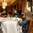 Pour le 50e anniversaire du roi Felipe VI d'Espagne, la Maison royale a diffusé de nombreuses images, issues notamment de son quotidien avec sa femme la reine Letizia et leurs filles la princesse Leonor des Asturies et l'infante Sofia, dont celle-ci, lors d'un déjeuner en famille au palais de la Zarzuela. © Maison royale d'Espagne