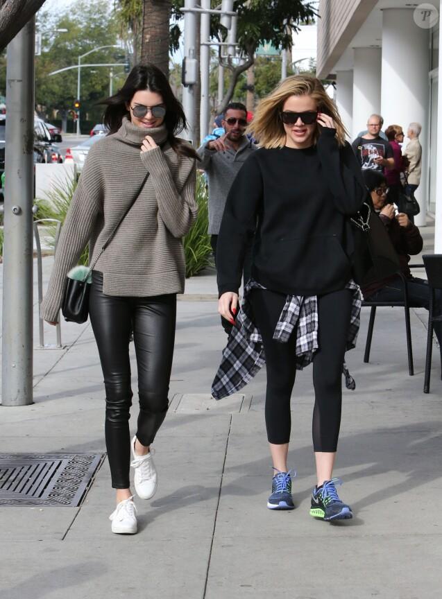 Khloe Kardashian va déjeuner au restaurant avec Kendall Jenner à Beverly Hills, le 20 décembre 2015.