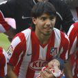 Sergio Kun Agüero présente son fils Benjamin au stade Vicente Calderon, à Madrid
