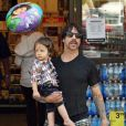 "Anthony Kiedis, le leader des ""Red Hot Chili Peppers"", et son fils, le petit Everly Bear, âgé de un an et demi."