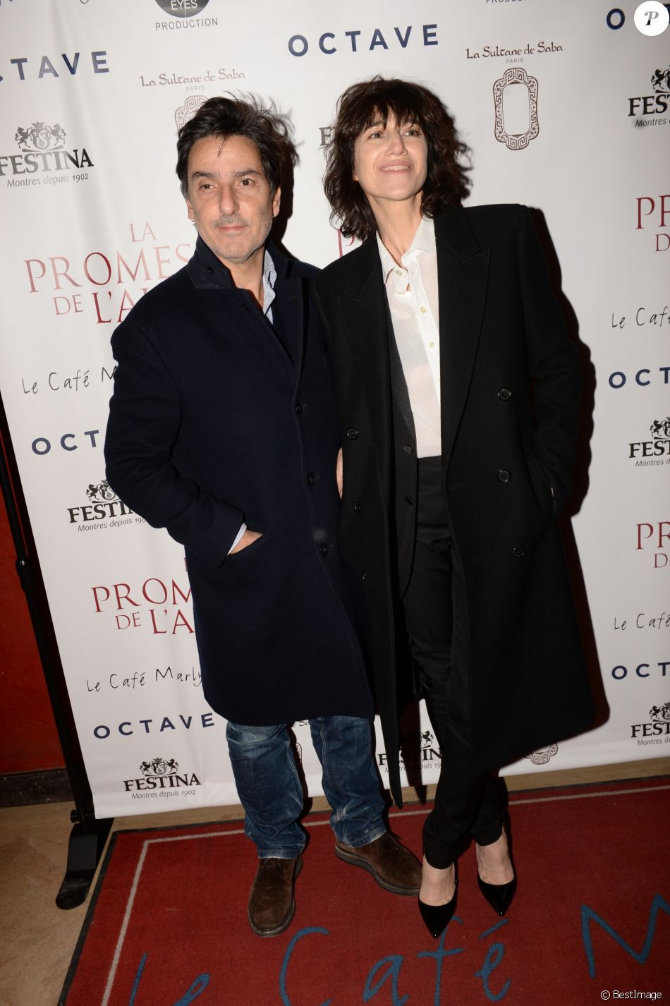 "Exclusif - Yvan Attal et sa compagne Charlotte Gainsbourg - After-party du film ""La Promesse de l'Aube"" d'Eric Barbier"" au restaurant Le Café Marly à Paris, France, le 12 décembre 2017. Evènement organisé par Five Eyes Production. © Rachid Bellak/Bestimage"