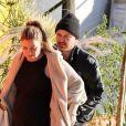 Exclusif - Aaron Paul embrasse sa femme Lauren, enceinte lors d'une promenade à Los Angeles le 21 décembre 2017.