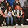 Salma (organisation After-School All-Stars) et Arnold Schwarzenegger assistent au NBA All-Star Game 2018 au Staples Center. Los Angeles, le 18 février 2018.