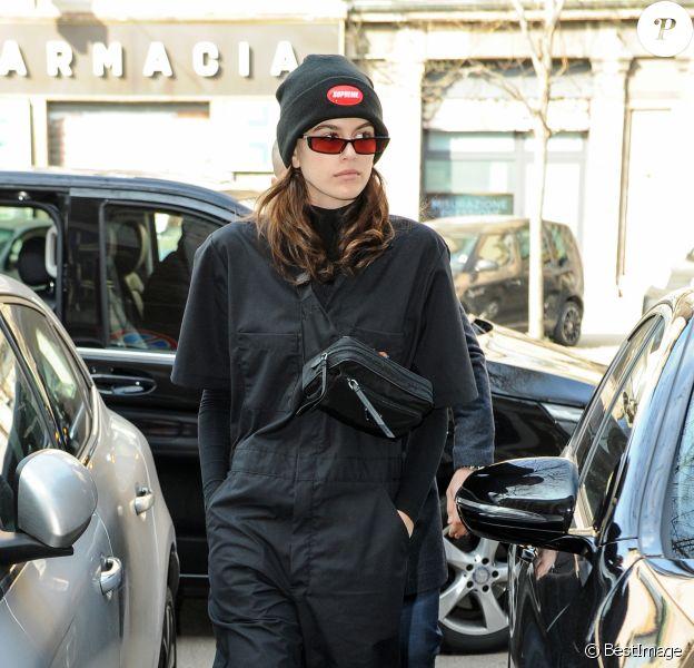 Kaia Gerber porte un bonnet Supreme, une combinaison Dickies, une sacoche Prada et des baskets Jordan (modèle Air Jordan 1) à Milan, le 21 février 2018.