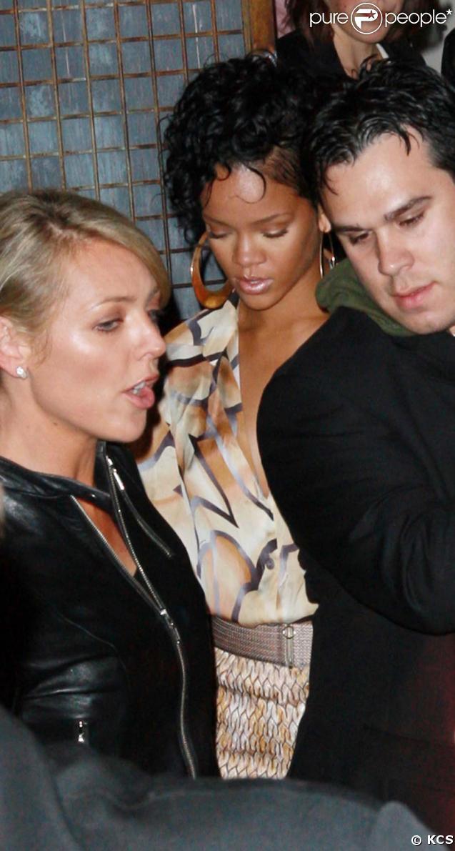 6473cab2f7a097 Rihanna, deuxième sortie sans lunettes... mais elle se fait arrêter ...