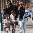 Ellen Pompeo est allée déjeuner avec ses enfants Stella, Sienna, son fils et une amie à Los Angeles, le 24 février 2018.