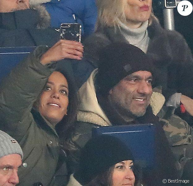 """Amel Bent et son mari Patrick Antonelli (DR) dans les tribunes lors du match de Ligue 1 """"PSG - OM (3-0)"""" au Parc des Princes à Paris, le 25 février 2018."""
