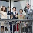 Le prince Joachim et la princesse Marie de Danemark avec leurs enfants le prince Nikolai, le prince Félix, le prince Henrik et la princesse Athena au balcon du palais royal Amalienborg le 16 avril 2016 lors du 76e anniversaire de la reine Margrethe II.