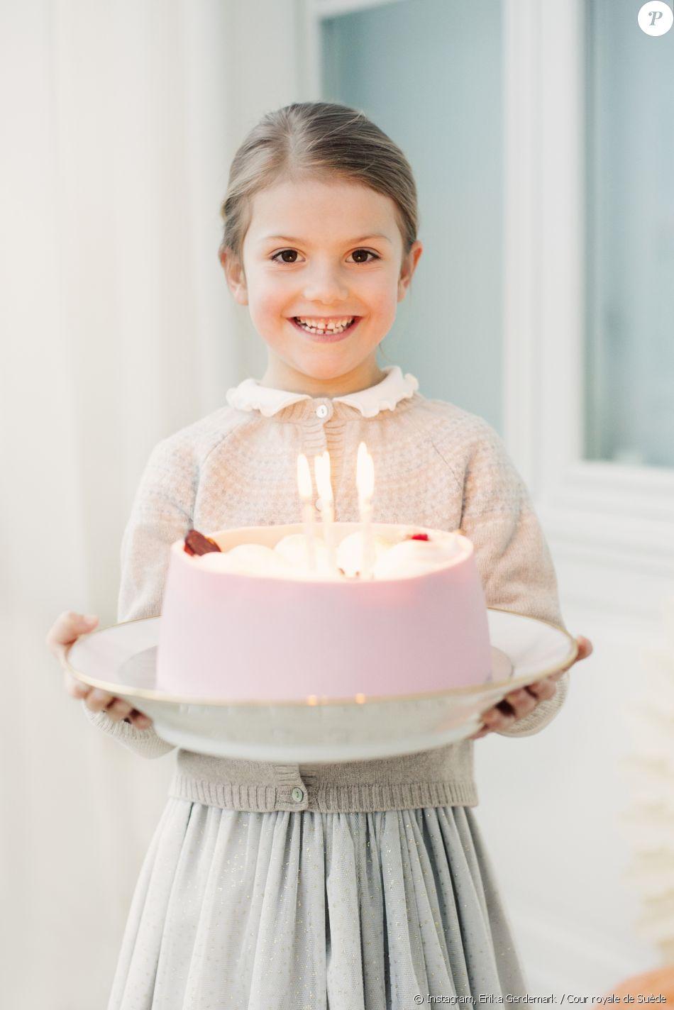 La Princesse Estelle De Suède Fière Avec Son Gâteau Danniversaire