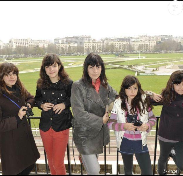 """Pour la sixième sixième saison des Dimanches au galop de France Galop, les stars ont été nombreuses à prendre du bon temps en famille. Ce deuxième """"Dimanche"""" de 2009 a attiré à l'hippodrome d'Auteuil quelque 10 000 visiteurs. Lio et ses filles."""