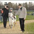 """Pour la sixième sixième saison des Dimanches au galop de France Galop, les stars ont été nombreuses à prendre du bon temps en famille. Ce 2e """"Dimanche"""" de 2009 a attiré à l'hippodrome d'Auteuil quelque 10 000 visiteurs. Henri Leconte """"conduit"""" Ulysse"""