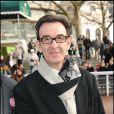 """Pour la sixième sixième saison des Dimanches au galop de France Galop, les stars ont été nombreuses à prendre du bon temps en famille. Ce deuxième """"Dimanche"""" de 2009 a attiré à l'hippodrome d'Auteuil quelque 10 000 visiteurs. Robin Renucci."""