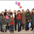 """Pour la sixième sixième saison des Dimanches au galop de France Galop, les stars ont été nombreuses à prendre du bon temps en famille. Ce 2e """"Dimanche"""" de 2009 a attiré à l'hippodrome d'Auteuil quelque 10 000 visiteurs. Photo de famille de people !<b"""