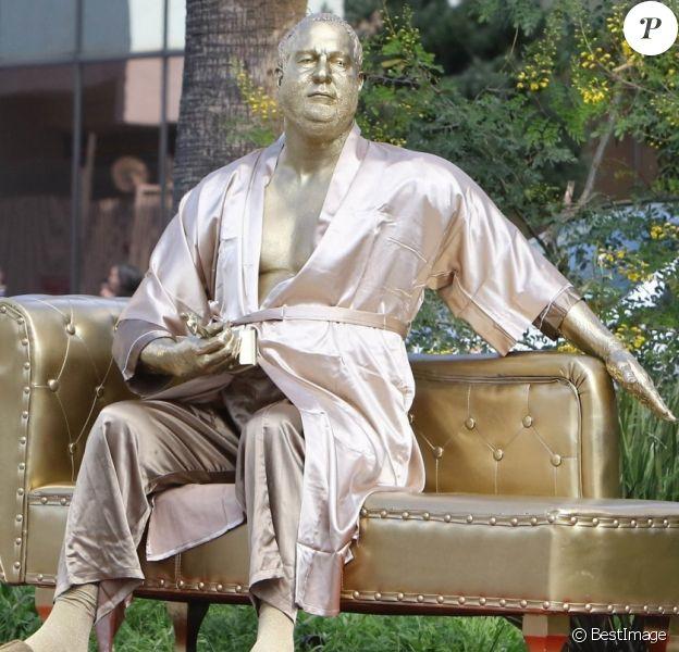 """L'artiste de rue Plastic Jesus a installé une statue dorée représentant Harvey Weinstein, en robe de chambre, avec dans la main une statuette d'un Oscar, qu'il tient de façon phallique, avec inscrit en gros """"CASTING COUCH (promotion canapé)"""" à proximité du Dolby Theater où se tiendra la 90e cérémonie des Oscar. Los Angeles, le 1er mars 2018."""