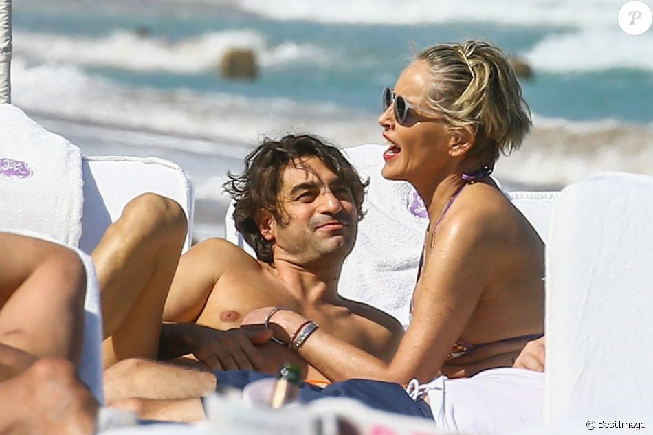 Sharon Stone, avec une bague de fiançailles ?, profite de sa journée avec son nouveau compagnon Angelo Boffa sur une plage de Miami à la veille des ses 60 ans q'elle fêtera le 10 mars 2018