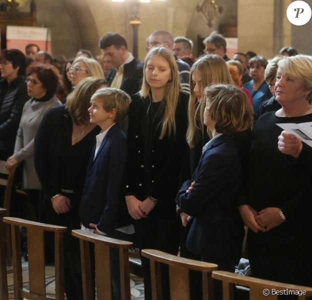 Claude François Junior (Jr), ses enfants, sa mère Isabelle Forêt lors de la messe hommage à Claude François en l'église Notre-Dame d'Auteuil à Paris le 10 mars 2018. Cette commémoration marque le 40ème anniversaire de la mort du chanteur. Ses obsèques ont été célébrées au même endroit le 15 mars 1978. © CVS / Bestimage  Merci de masquer le visage des enfants à la publication10/03/2018 - Paris