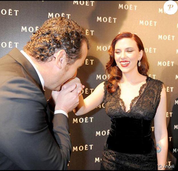 Scarlett Johansson à la soirée Moët et Chandon à Londres hier soir avec le président de la maison